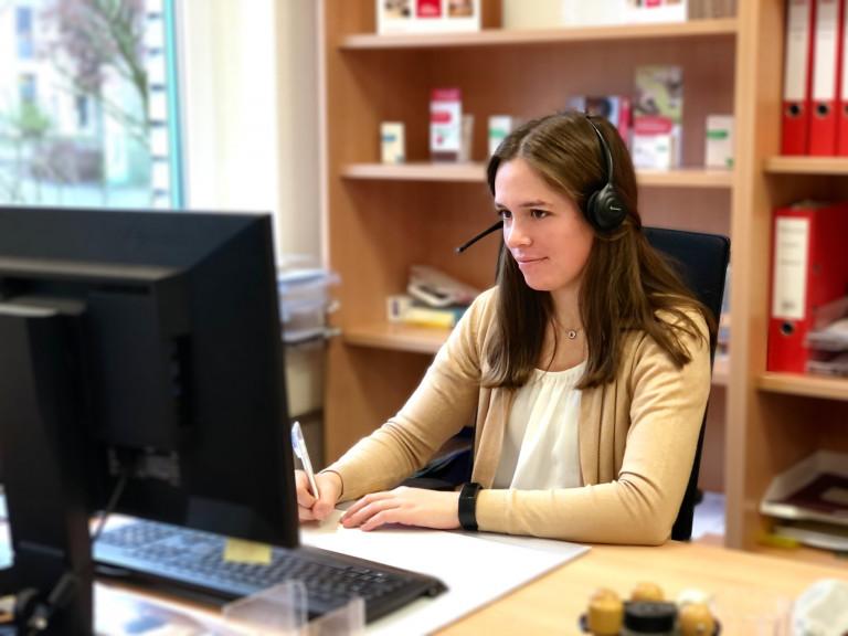 Annika am Computer